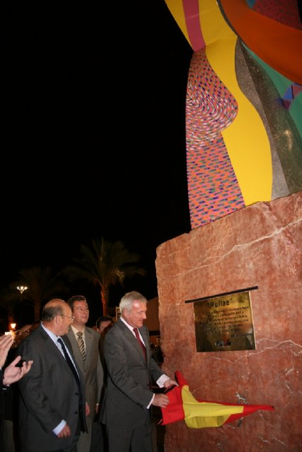 El presidente de la Comunidad, Ramón Luis Valcárcel, inaugura en Mula la escultura de Cristóbal Gabarrón en homenaje a la ciudad, Foto 2