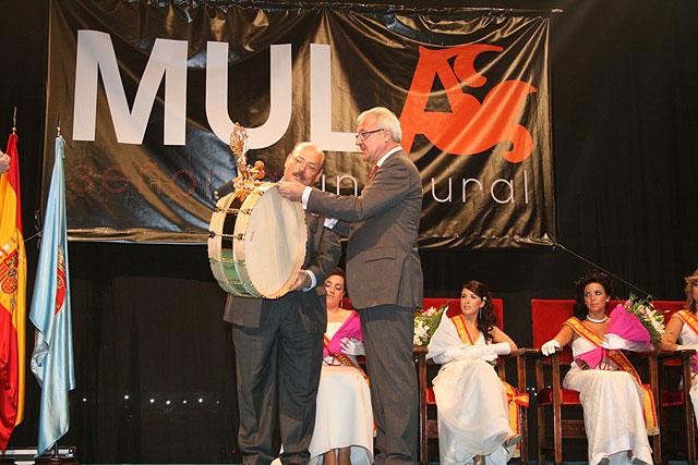 El presidente de la Comunidad, Ramón Luis Valcárcel, recibió de manos del alcalde de Mula, Diego Cervantes, un tambor de la localidad, tras su intervención en el acto inaugural de la fiestas patronales, Foto 1