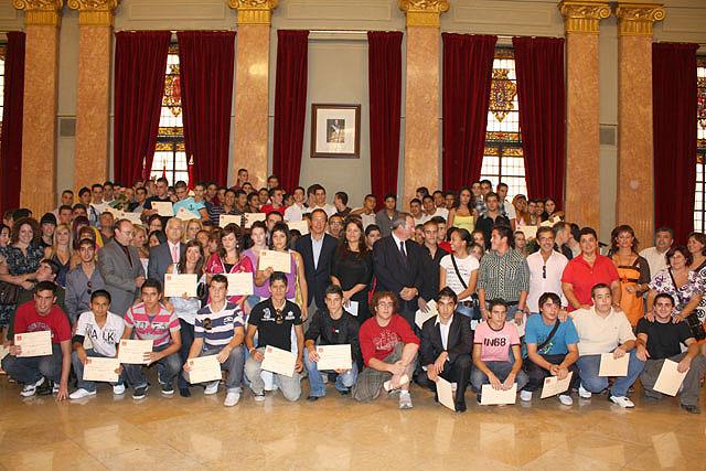 El Alcalde entrega los diplomas a los 130 jóvenes que han aprendido un oficio en el curso de cualificación profesional que imparte el Ayuntamiento - 1, Foto 1
