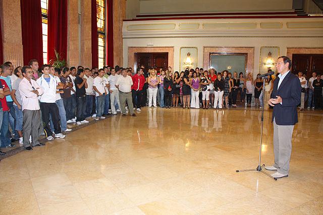 El Alcalde entrega los diplomas a los 130 jóvenes que han aprendido un oficio en el curso de cualificación profesional que imparte el Ayuntamiento - 2, Foto 2
