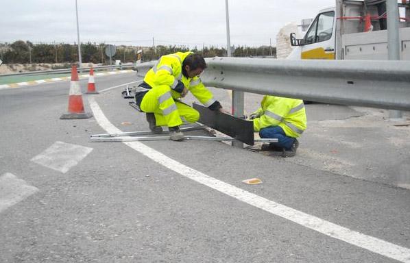 La Consejería Obras Públicas instala nuevos sistemas de protección para motoristas en 26 tramos de carreteras regionales, Foto 1
