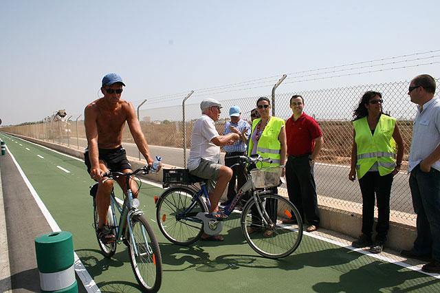 Foto de archivo de la visita de la directora general de Transportes y Puertos, Carmen Sandoval, al carril bici de La Ribera, de reciente construcción, Foto 2