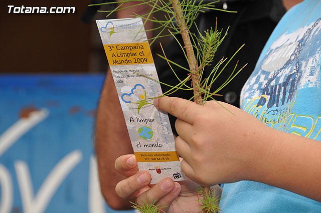 Se reparten 1.000 ejemplares de pino durante la tercera campaña regional A limpiar el mundo - 1, Foto 1