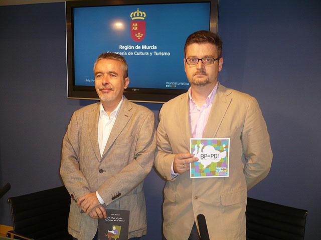 El director general del Libro, Archivos y Bibliotecas, Francisco Giménez ( izquierda), junto al director de la Biblioteca Regional, Javier Castillo (derecha), Foto 1