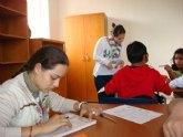 """Los usuarios del programa de 'Integración socioeducativa de menores y jóvenes en situación o riesgo de exclusión social"""" realizan un taller de técnicas de cooperación grupal"""