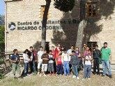 Los participantes del proyecto Integración socioeducativa de menores y jóvenes en situación o riesgo de exclusión social realizan una excursión a Sierra Espuña