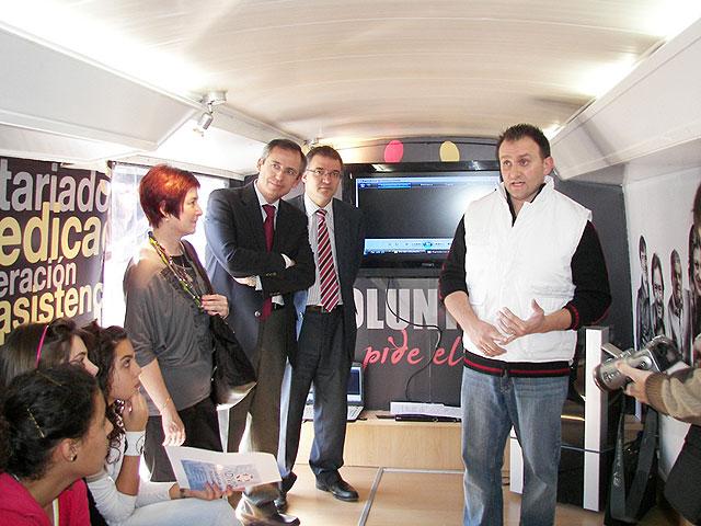 El Director de Voluntariado y el Alcalde visitan el Autobús del Voluntariado que está instalado en Archena durante toda la jornada de hoy - 1, Foto 1
