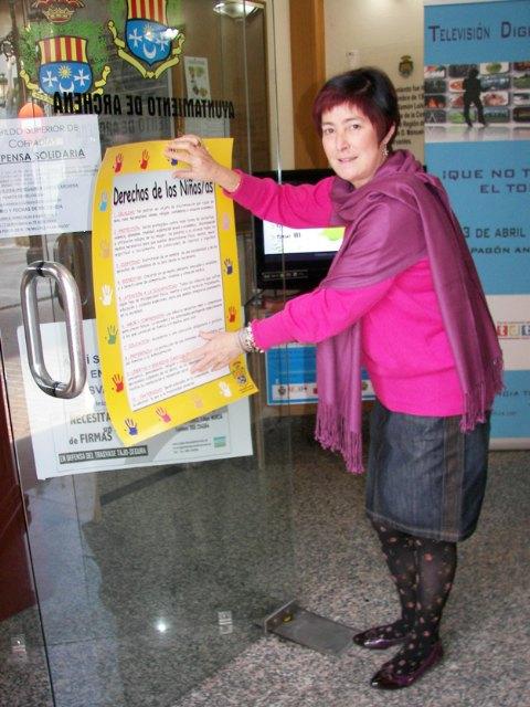 Archena también se adhiere a la defensa de los Derechos del Niño con la difusión de  carteles en tiendas y bares - 1, Foto 1