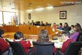 Alumnos de varios centros educativos de Totana alzan su voz y proclaman sus derechos en el sal�n de plenos del ayuntamiento