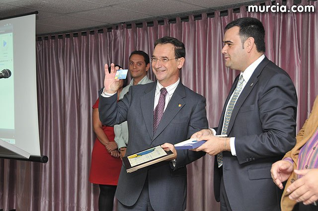 El alcalde entrega el carn� de voluntario de honor de Totana al consejero de Pol�tica Social, Mujer e Inmigraci�n, Joaqu�n Bascuñana, Foto 1