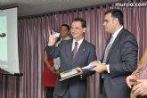 El alcalde entrega el carné de voluntario de honor de Totana al consejero de Política Social, Mujer e Inmigración, Joaquín Bascuñana