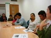 Técnicos del proyecto de 'Integración socioeducativa de menores y jóvenes en situación o riesgo de exclusión social' mantienen una reunión con los padres de los participantes