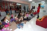 Más de 50 niños asisten a un Cuenta Cuentos en la biblioteca de Alguazas