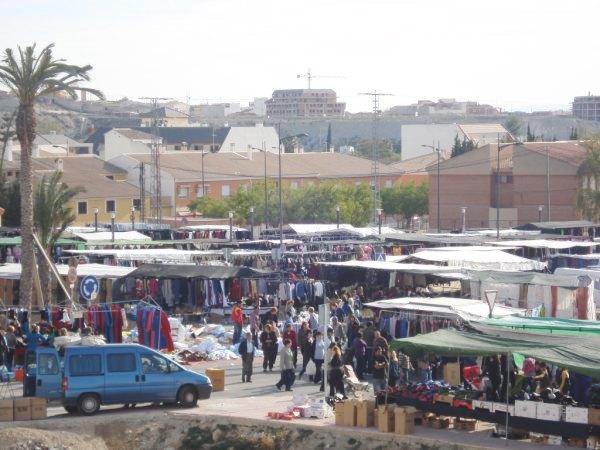 Unas 5.000 personas visitaron el mercadillo semanal del pasado sábado en su nuevo emplazamiento del Pago del Barranco - 1, Foto 1