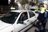 La Policía Local registra 14 denuncias por el uso del móvil al volante