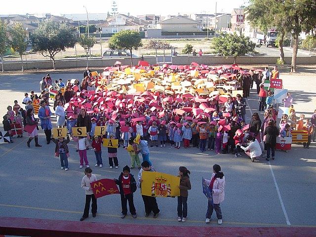 Los alumnos del colegio Joaquín Carrión forman un gran mapa de España con los colores de la bandera para celebrar la Constitución - 1, Foto 1