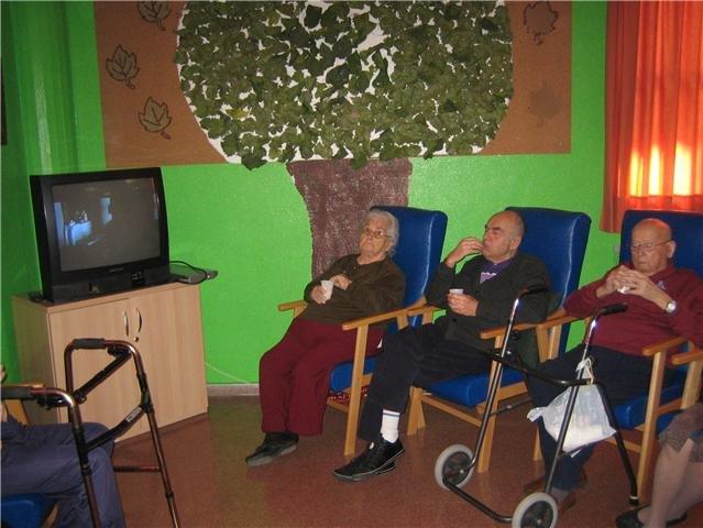 Los usuarios y profesionales del SED de Totana disfrutan de una proyecci�n cinematogr�fica, Foto 1