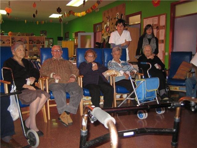 Los usuarios y profesionales del SED de Totana disfrutan de una proyecci�n cinematogr�fica, Foto 2