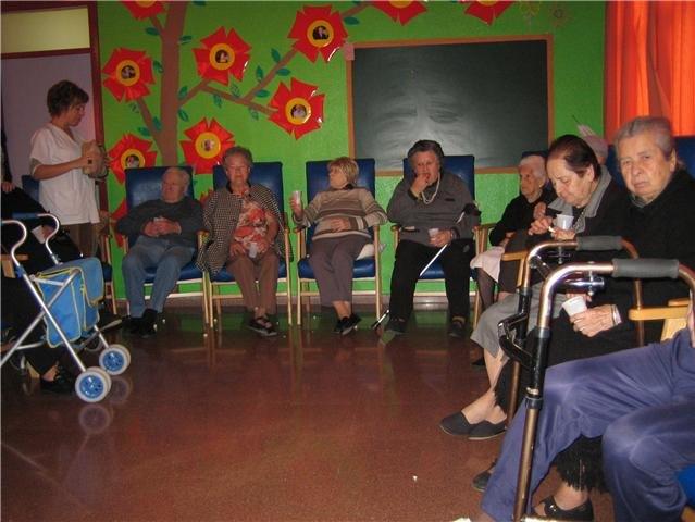 Los usuarios y profesionales del SED de Totana disfrutan de una proyecci�n cinematogr�fica, Foto 3