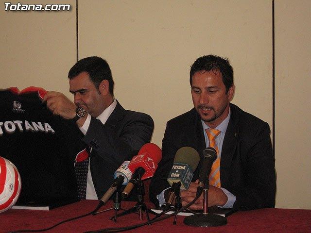 El ex jugador de f�tbol sala internacional, Paulo Roberto, ante la ausencia por enfermedad de Nicol�s Almagro, protagonizar� el gran chupinazo, Foto 1