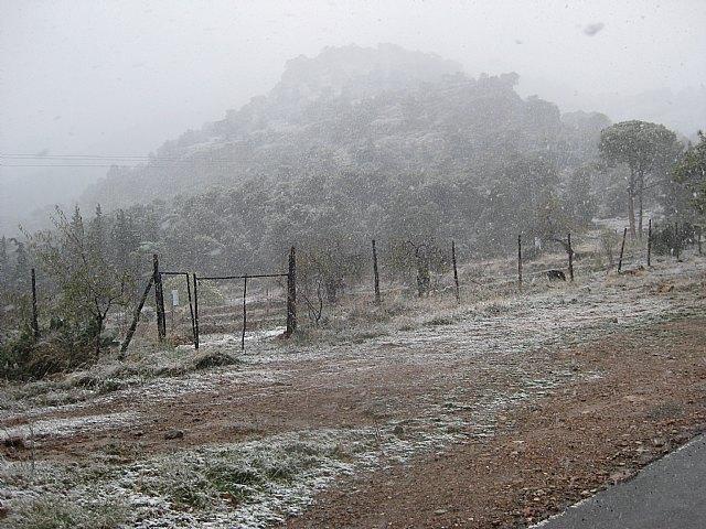 La carretera de Las Alquerías hacia el Collado Bermejo permanece cortada al tráfico por la nieve y las placas de hielo acumuladas, Foto 2