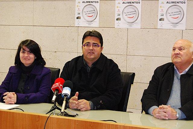 """Las concejal�as de Comercio y Bienestar Social apoyan la campaña  """"Recogida de alimentos"""" llevada a cabo por C�ritas Interparroquial, Foto 1"""