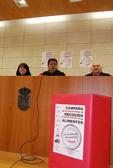 """Las concejal�as de Comercio y Bienestar Social apoyan la campaña  """"Recogida de alimentos"""" llevada a cabo por C�ritas Interparroquial, Foto 2"""