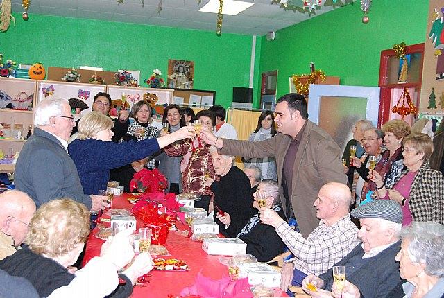 Autoridades municipales felicitan la pascua navideña a los usuarios del Servicio de Estancias Diurnas del centro de Alzheimer, Foto 1