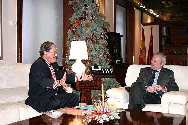 El jefe del Ejecutivo regional ha recibido esta mañana al profesor de la Universidad de Murcia Javier García del Toro / CARM, Foto 1