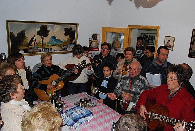 El Coro Santa Cecilia acompañado por el alcalde regalan a las personas mayores del barrio Ol�mpico-Las peras dulces navideños artesanos, Foto 1