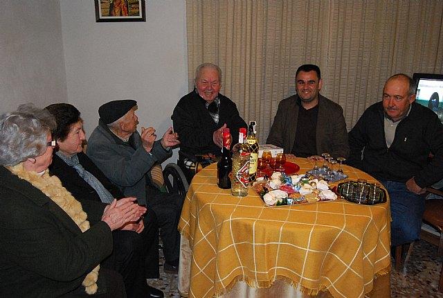 El Coro Santa Cecilia acompañado por el alcalde regalan a las personas mayores del barrio Ol�mpico-Las peras dulces navideños artesanos, Foto 2