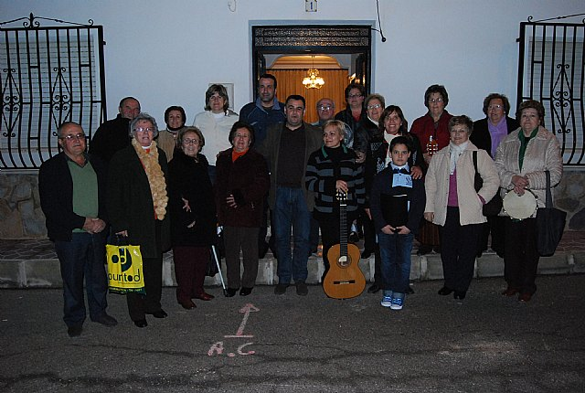 El Coro Santa Cecilia acompañado por el alcalde regalan a las personas mayores del barrio Ol�mpico-Las peras dulces navideños artesanos, Foto 3