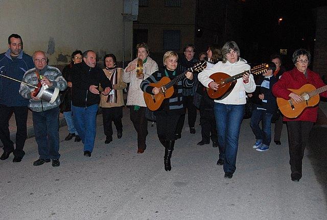 El Coro Santa Cecilia acompañado por el alcalde regalan a las personas mayores del barrio Ol�mpico-Las peras dulces navideños artesanos, Foto 4