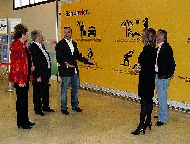 San Javier invita a los turistas a volver con un original diseño publicitario en la zona de salida del aeropuerto - 1, Foto 1