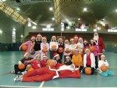 Los baloncestistas m�s pequeños celebran la Navidad en las canchas