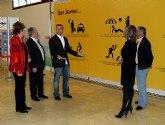 San Javier invita a los turistas a volver con un original diseño publicitario en la zona de salida del aeropuerto