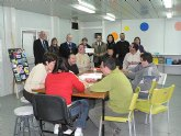 El club de Leones Bah�a de Mazarr�n entrega un cheque al Centro Ocupacional