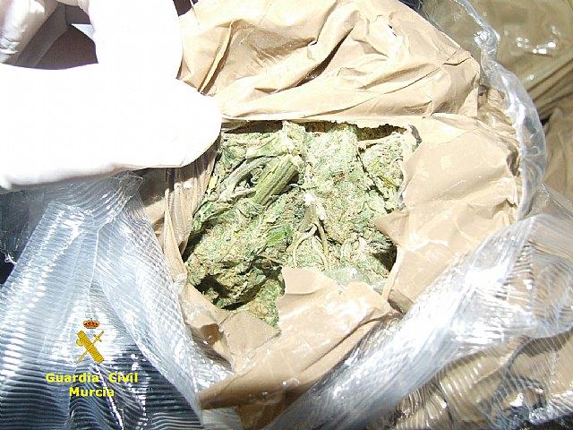 La Guardia Civil interviene un alijo de marihuana y resina de hachis tras detectar una infraccion de trafico, Foto 1