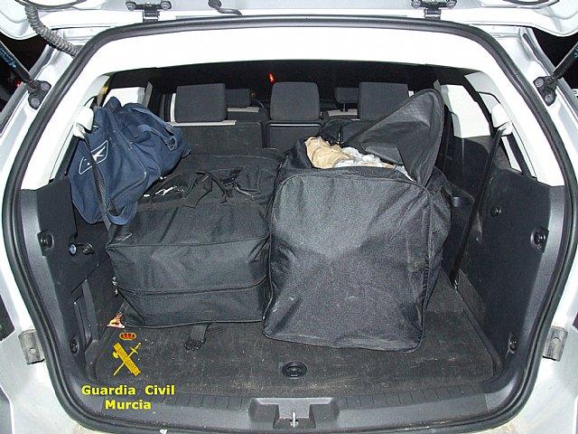 La Guardia Civil interviene un alijo de marihuana y resina de hachis tras detectar una infraccion de trafico, Foto 3