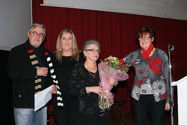 La concejala de Mayores, Matilde Gloria García, junto a la concejala de Educación y Cultura, Isabel García, acudieron al homenaje en el que además estaba presente la viuda y familiares de José Túnez, Foto 1