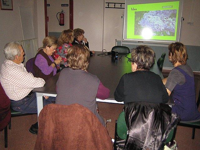 Una quincena de socios del Centro Municipal de Personas Mayores participan en el taller Decora tu casa con flores secas, Foto 1