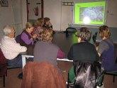 Una quincena de socios del Centro Municipal de Personas Mayores participan en el taller 'Decora tu casa con flores secas'