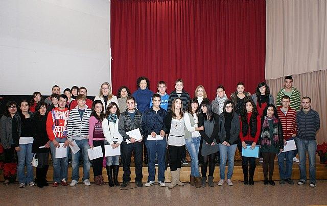 El Ayuntamiento concede 51 becas a estudiantes lumbrerenses - 1, Foto 1
