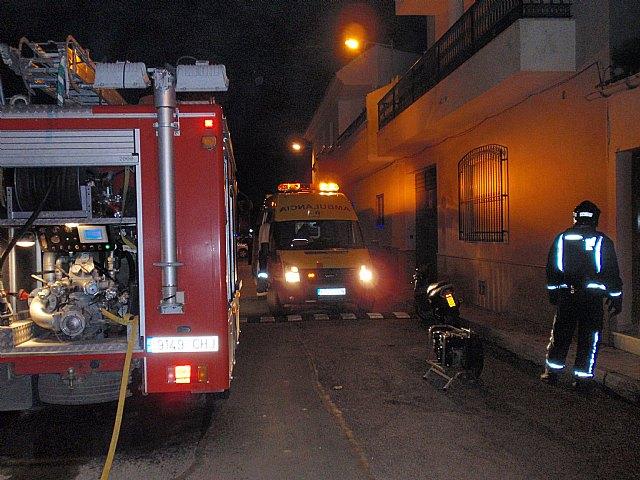 Efectivos de Bomberos Alhama-Totana, con presencia de Protecci�n Civil y Polic�a Local de Totana, sofocan en menos de una hora un incendio, Foto 1