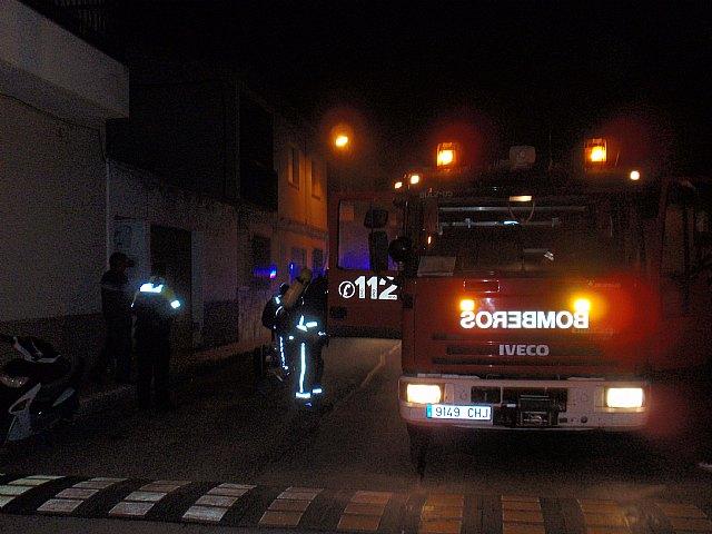 Efectivos de Bomberos Alhama-Totana, con presencia de Protecci�n Civil y Polic�a Local de Totana, sofocan en menos de una hora un incendio, Foto 2