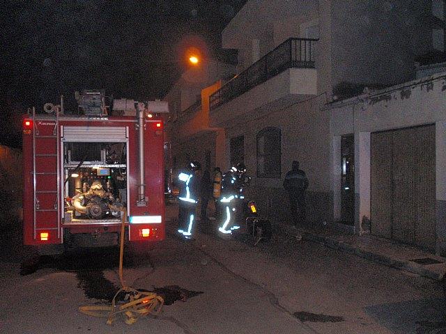 Efectivos de Bomberos Alhama-Totana, con presencia de Protecci�n Civil y Polic�a Local de Totana, sofocan en menos de una hora un incendio, Foto 3