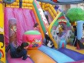 Los niños disfrutan de la Navidad en Lorquí con hinchables y talleres