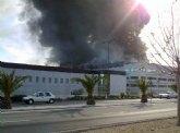 Un cortocircuito origin� el incendio en ElPozo en el que trabajan 30 bomberos