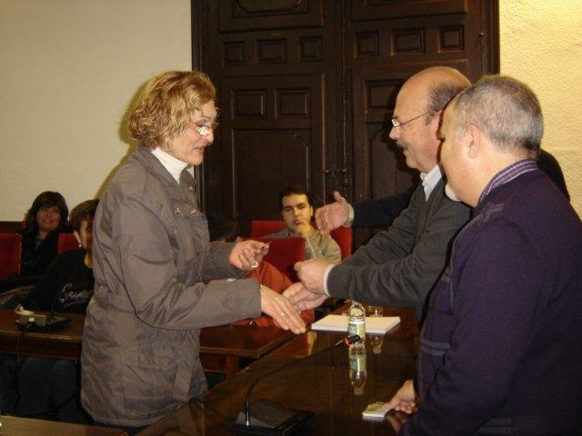 El alcalde hace entrega de los carné de Manipulador de Alimentos - 2, Foto 2