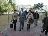 El delegado del Gobierno visita las obras de la nueva biblioteca y el jardín de Los Almendros en La Alberca